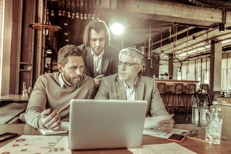 Внимательные люди смотря один другого во время обсуждения стоковая фотография rf