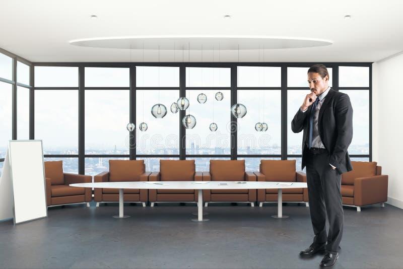 Внимательный европейский бизнесмен в современном офисе стоковые фото