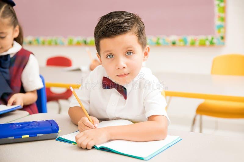 Внимательный зрачок делая его работа на preschool стоковая фотография rf