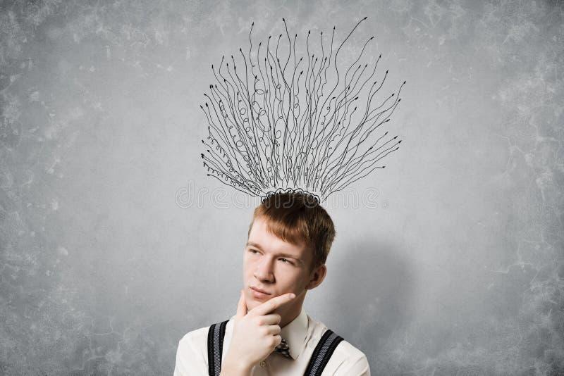 Внимательный метод мозгового штурма студента redhead стоковая фотография