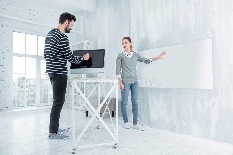 Внимательный мужск человек используя компьютер стоковые изображения