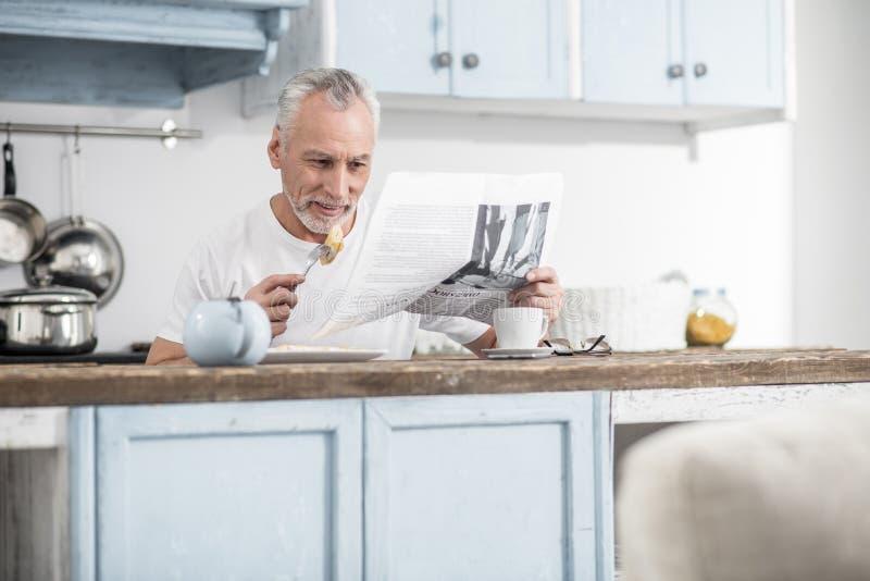 Внимательный мужск человек проверяя прессу утра стоковые фотографии rf