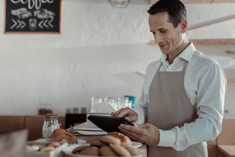 Внимательный работник стоя на его рабочем месте стоковые изображения