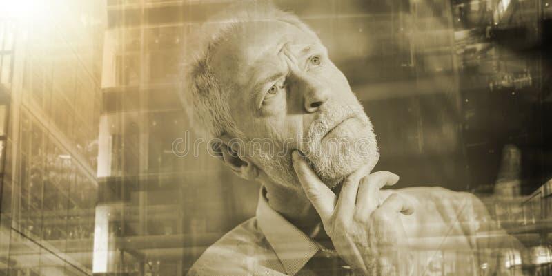 Внимательный старший бизнесмен; множественная выдержка стоковое изображение
