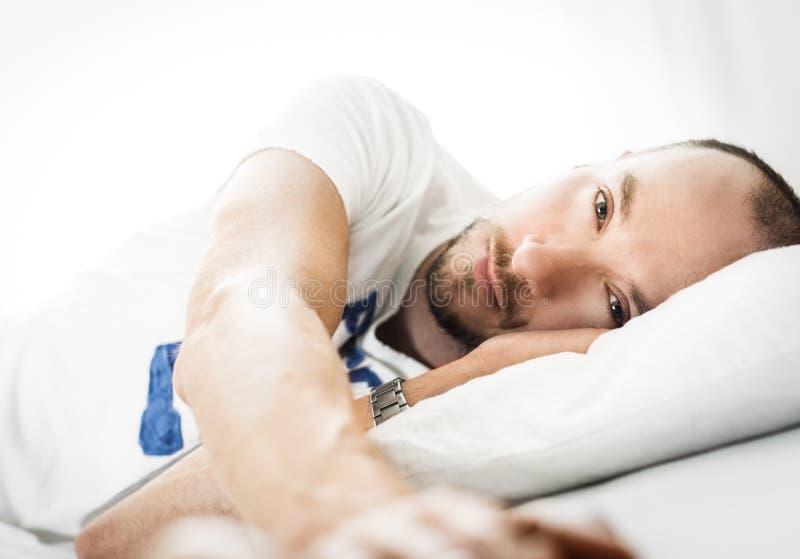Внимательный человек в любов лежа в кровати стоковая фотография