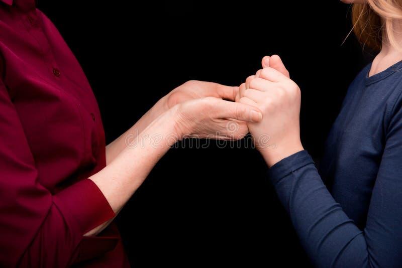 Внук и бабушка держа руки стоковое фото