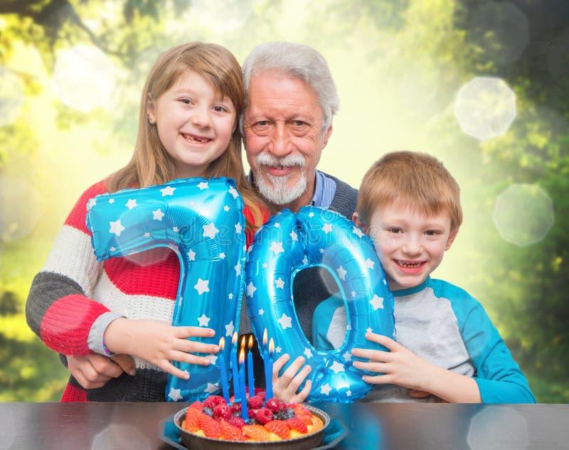Внук празднуя день рождения деда стоковые фотографии rf