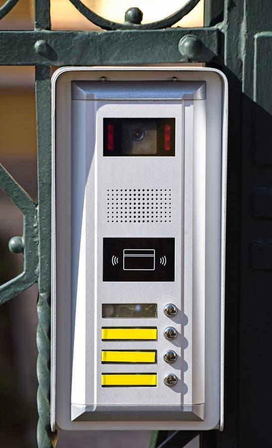 Внутренная связь на двери металла стоковое фото rf