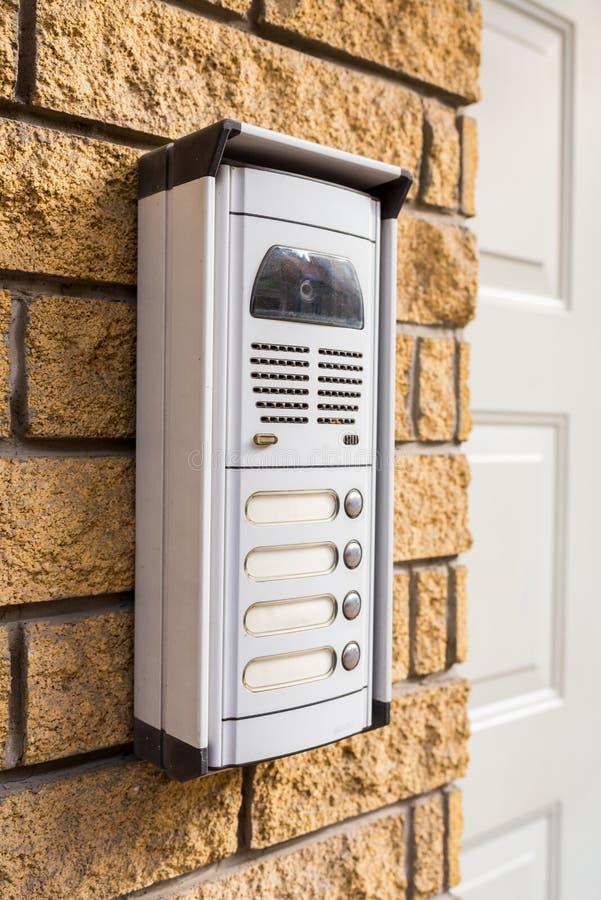 Внутренная связь на кирпичной стене на двери стоковое фото rf