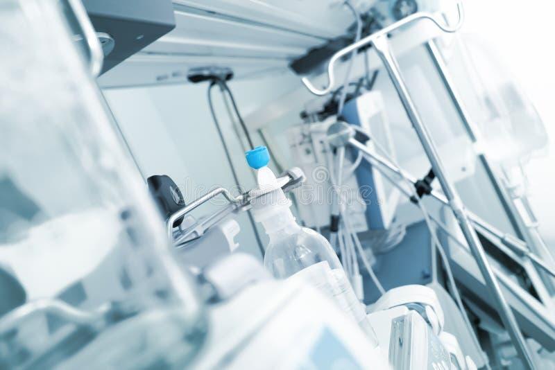 Внутреннее и современное медицинское оборудование в больничной палате стоковое фото rf
