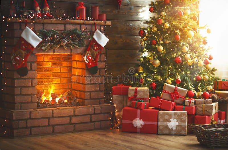 Внутреннее рождество волшебное накаляя дерево, камин, подарки