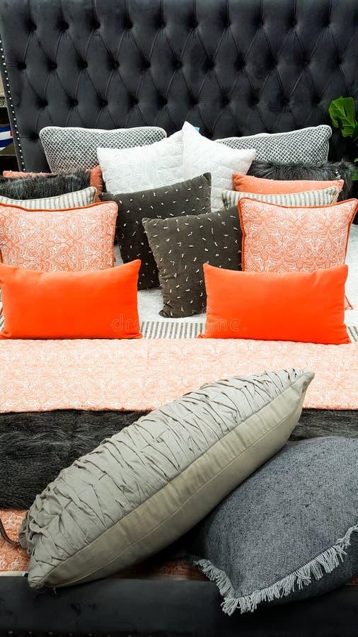 Внутренние конструированные меблировкы спальни в апельсине и серых цветах стоковое изображение
