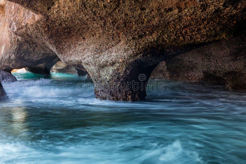 Внутренние пещеры моря исследуя стоковые фото