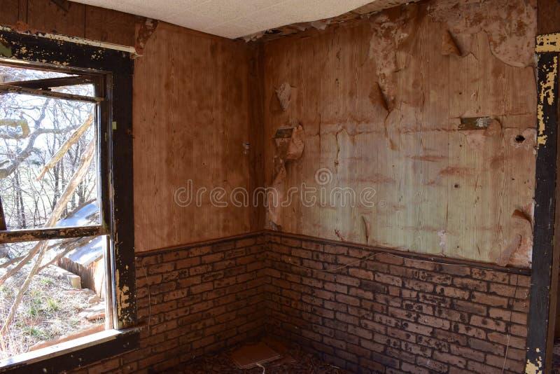 Внутренние стены покинутого дома стоковые фото