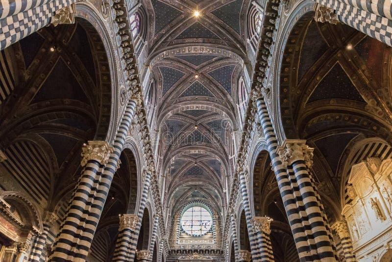Внутренние di Сиена Duomo собора o Сиены, средневековая церковь, оно стоковое изображение rf