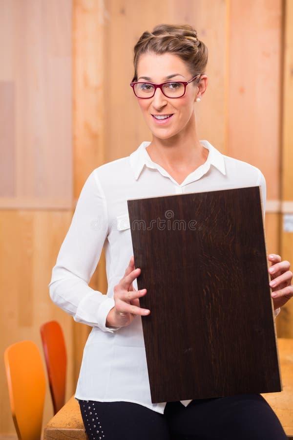 Внутренний архитектор выбирая пол древесины партера стоковые фотографии rf