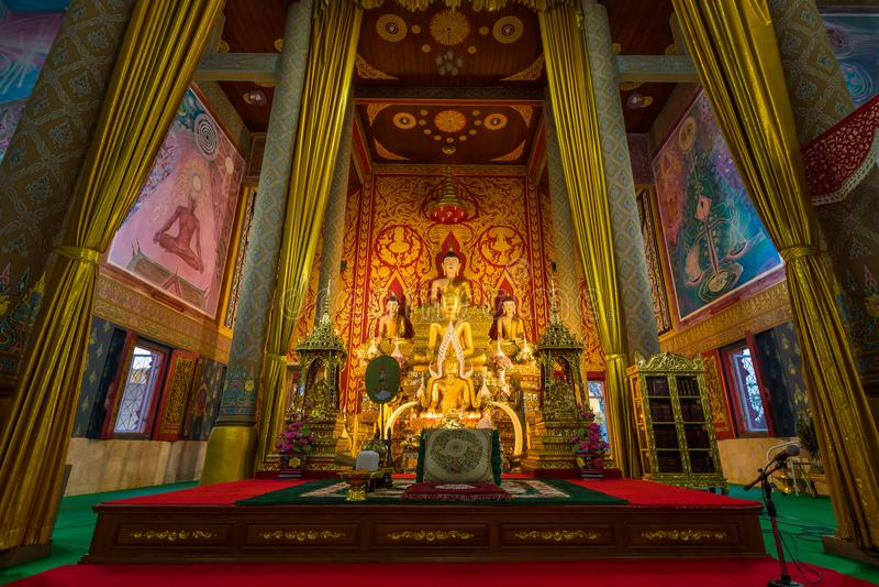 Внутренний взгляд главного виска Wat Phra Thart Doisaket стоковая фотография rf