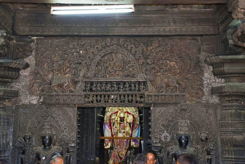 Внутренний взгляд главной святыни бога Vishnu, виска Chennakeshava, Belur, Karnataka Богато украшенный дверной косяк, lintel и по стоковая фотография