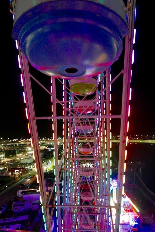 Внутренний взгляд красочного освещенного колеса Ferris вечером стоковая фотография rf