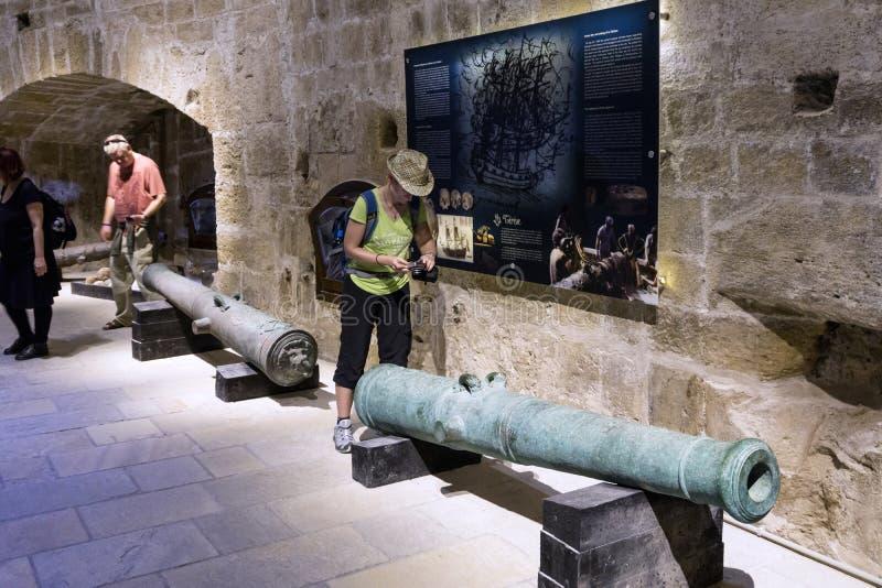 Внутренний взгляд крепости Koules Castello конематка Женщина принимая фото венецианских карамболей которые были найдены в морском стоковые фото