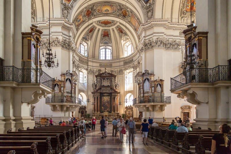 Внутренний взгляд купола собора Зальцбурга стоковые фотографии rf