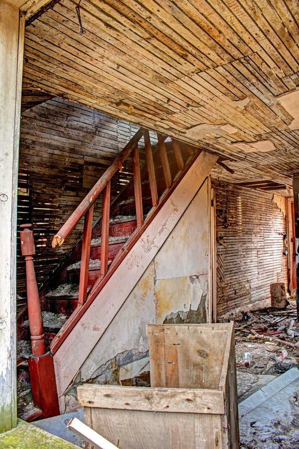 Внутренний взгляд получившегося отказ дома в древесинах стоковая фотография