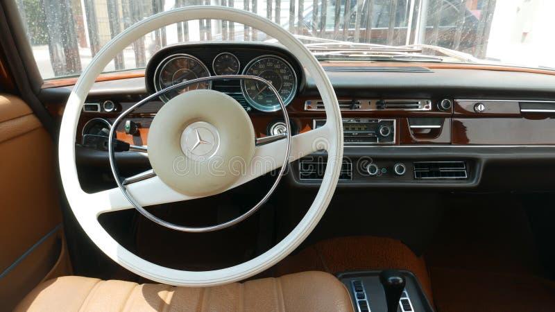 Внутренний взгляд седана Мерседес-Benz 280SE в Лиме стоковая фотография rf