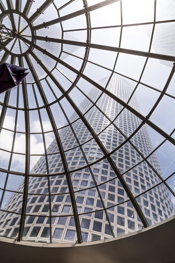 Внутренний взгляд торгового центра центра Azrieli стоковые фото
