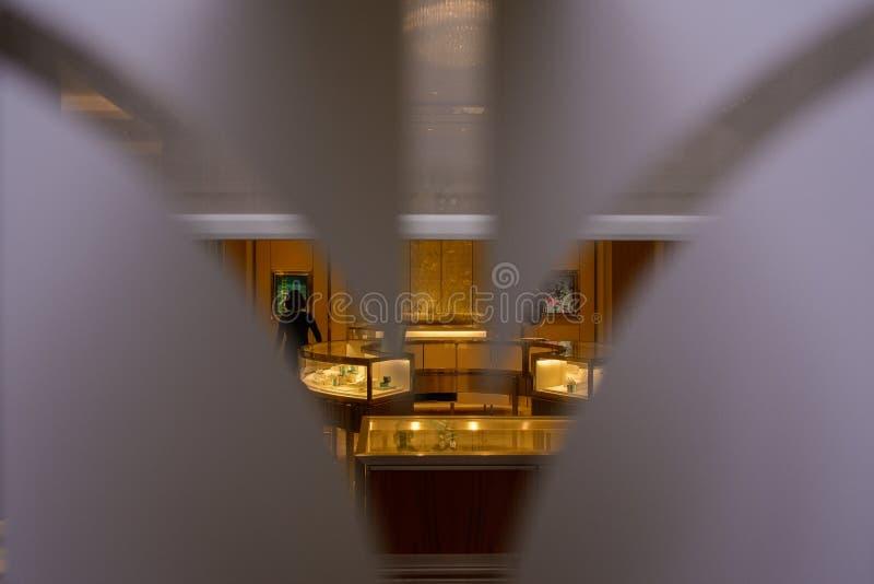 Внутренний взгляд ювелирного магазина из сделанного по образцу просвечивающего окна стоковое изображение