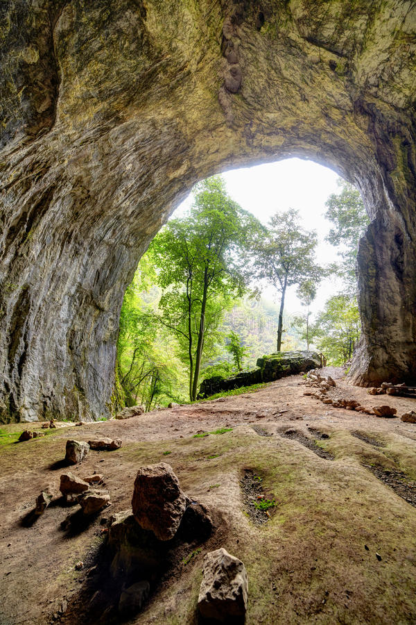 Внутренний взгляд от пещеры Meziad в горах Apuseni стоковое изображение
