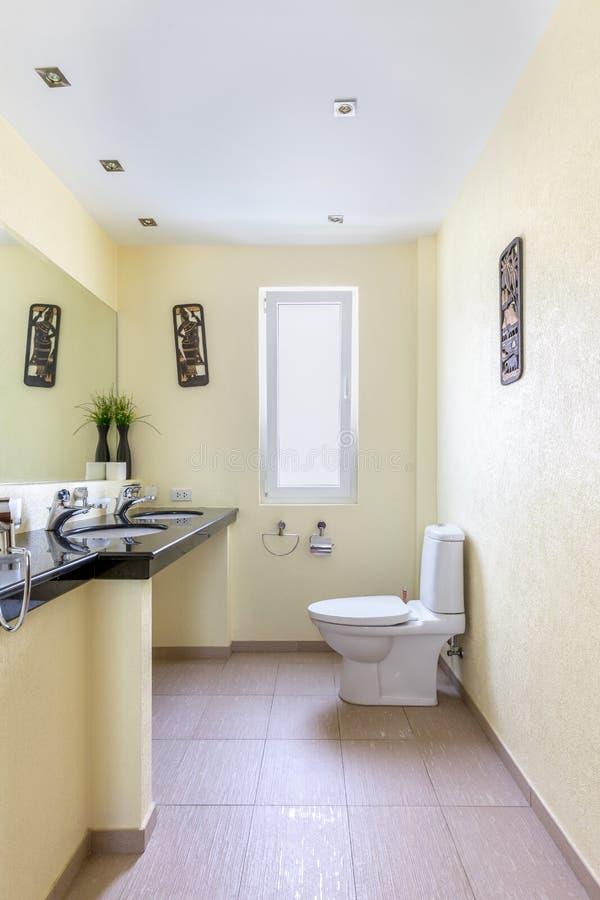 Внутренний взгляд современной ванной комнаты стоковое фото rf