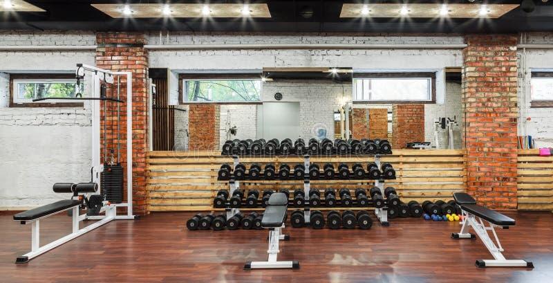 Внутренний взгляд спортзала с оборудованием стоковое фото rf