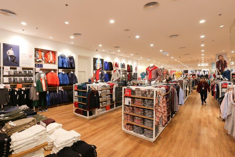 Внутренний взгляд торгового центра магазина Uniqlo внутреннего стоковое изображение