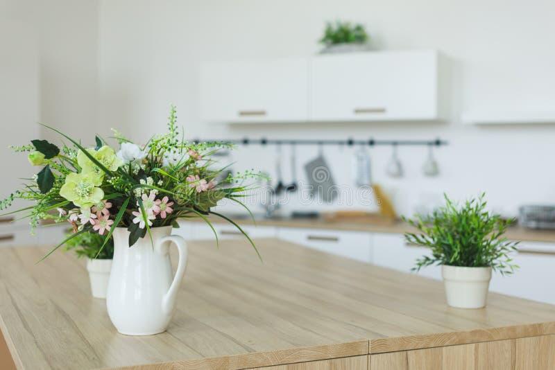Внутренний взгляд элегантной минималистской кухни и столовой Отсутствие людей стоковые фотографии rf