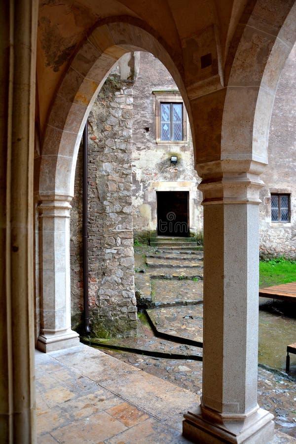Внутренний вызванный замок Hunedoara, замком Corvin в Transilvania стоковое фото rf