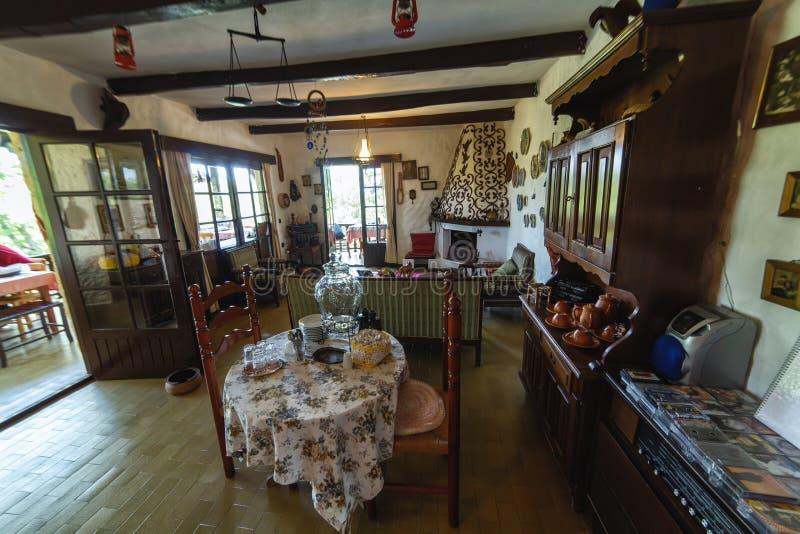 Внутренний в ретро стиле семидесятого на популярном ресторане около Yalova termal стоковая фотография