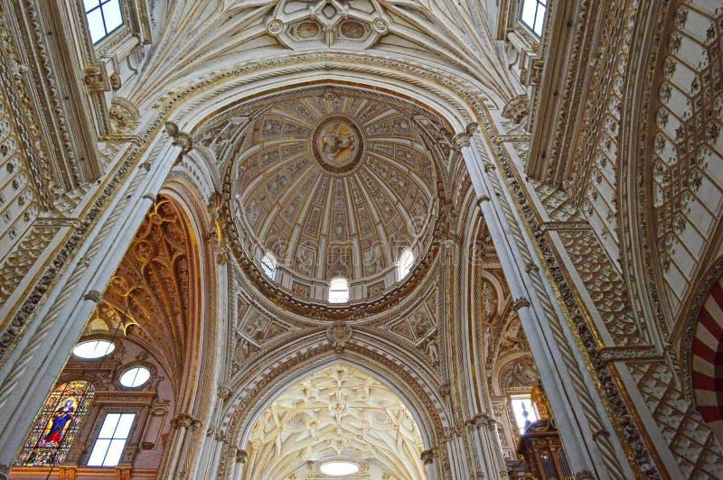 Внутренний - главным образом потолок часовни и transcept на Mezquita Cordoba, Андалусии, Испании стоковое изображение