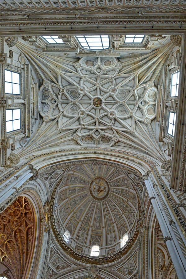 Внутренний - главным образом потолок часовни и transcept на Mezquita Cordoba, Андалусии, Испании стоковые фотографии rf