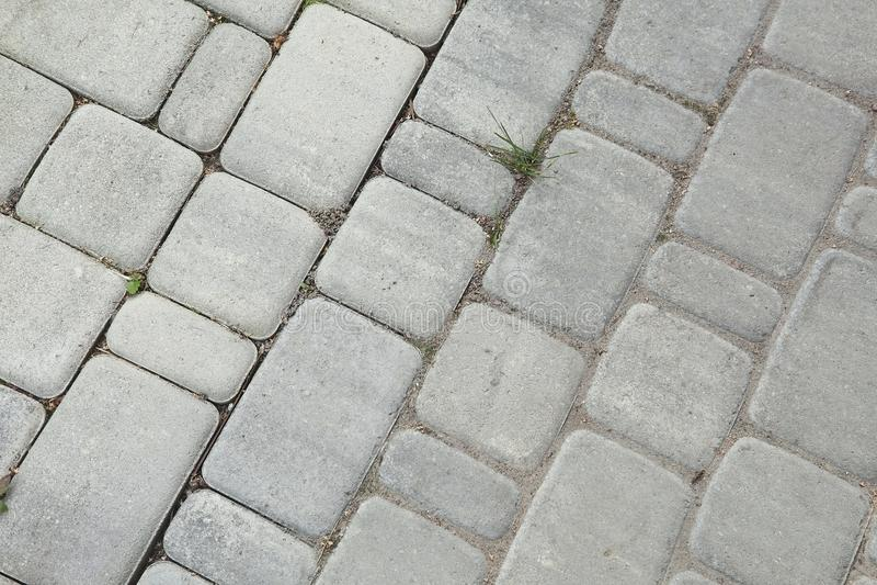 Внутренний двор вымощен с декоративным камнем Каменная мостоваая, вымощенные прямоугольные серые блоки Каменная выстилка стоковые изображения