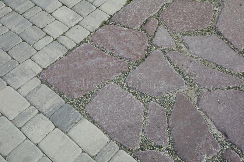 Внутренний двор вымощен с декоративным камнем Каменная мостоваая, вымощенные прямоугольные красные блоки Каменная выстилка стоковое фото