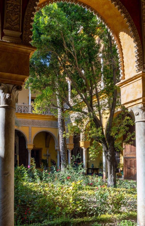 Внутренний двор в реальном Alcazar в Севилье, Испании стоковое фото rf