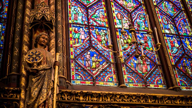 Внутренний известный Святой Chapelle, детали красивой стеклянной мозаики Windows стоковые изображения