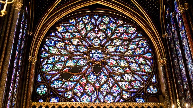 Внутренний известный Святой Chapelle, детали красивой стеклянной мозаики Windows стоковое фото rf