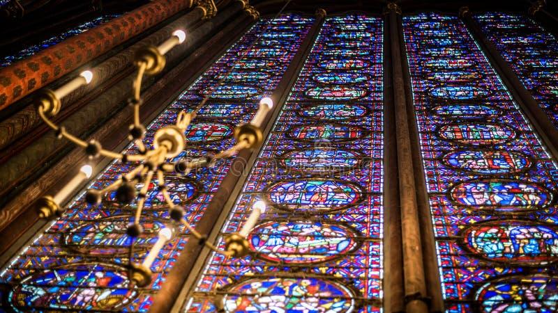 Внутренний известный Святой Chapelle, детали красивой стеклянной мозаики Windows стоковое изображение rf