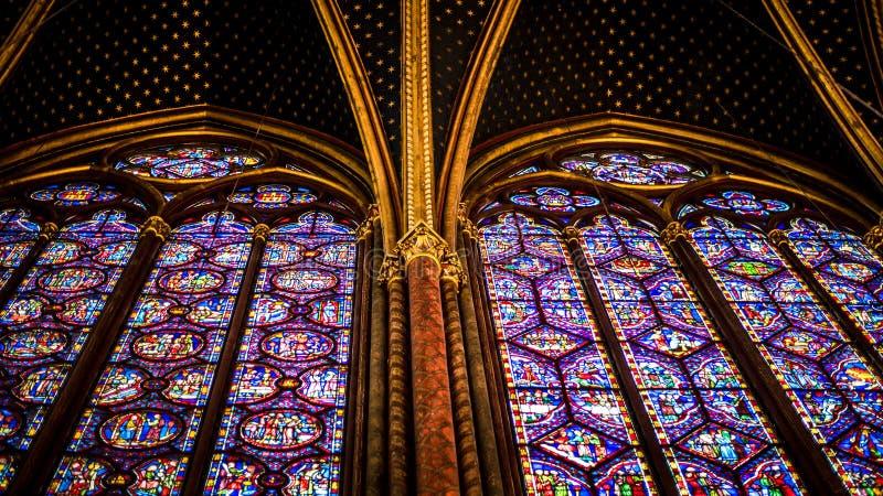 Внутренний известный Святой Chapelle, детали красивой стеклянной мозаики Windows стоковые изображения rf