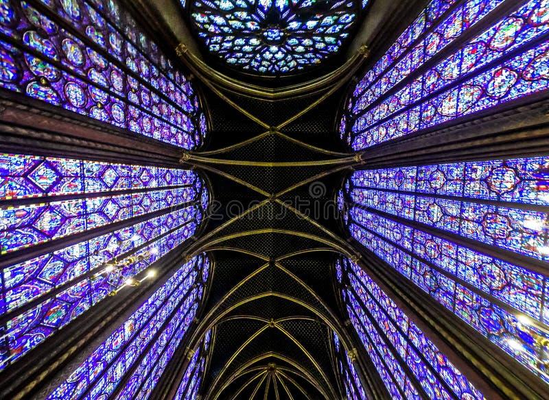 Внутренний известный Святой Chapelle, детали красивой стеклянной мозаики Windows стоковая фотография rf
