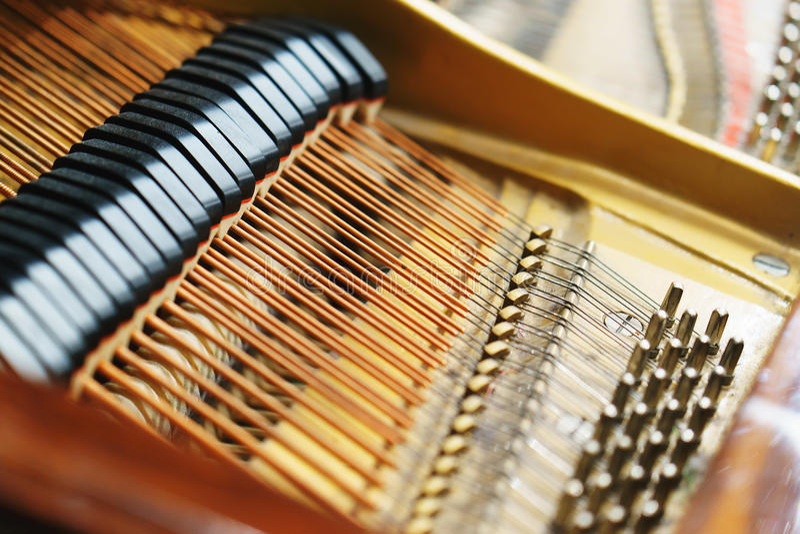 Внутренний механизм рояля рояля стоковая фотография