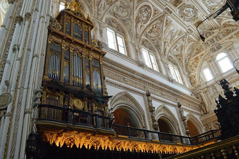 Внутренний - орган и клирос на Mezquita Cordoba, Андалусии, Испании стоковое фото