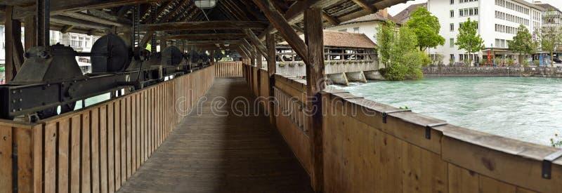Внутренний панорамный взгляд деревянного моста Швейцария стоковые фото