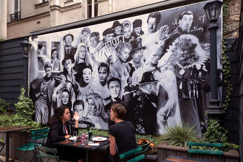 Внутренний сад студии 28, известное парижское кино стоковое фото